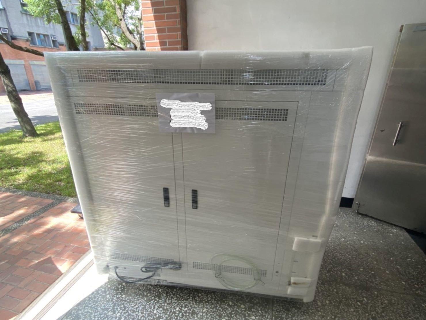 搬機台【榮福搬家貨運有限公司】搬切割機、搬重物、值得您來選擇:榮福搬家特殊重物搬運-煙燻指紋箱包裝