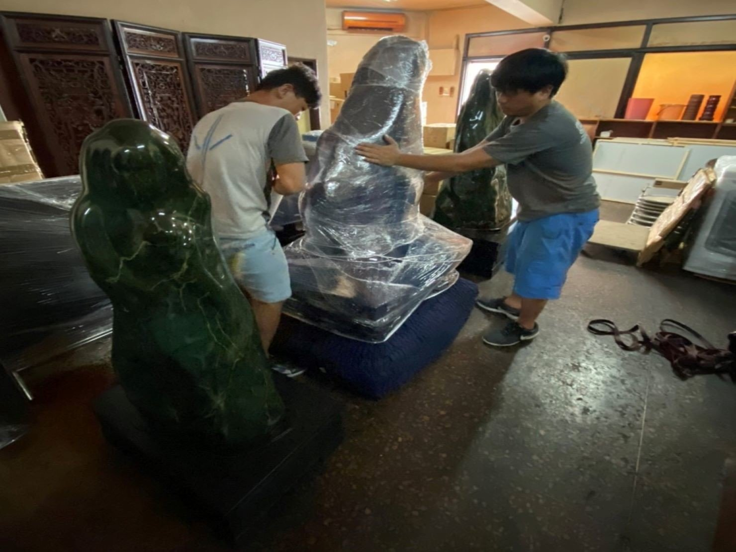 台北搬家推薦【榮福搬家】重物搬運、搬玉石,值得您來選擇:玉石-先套上一層日式布套,再以膠膜層層包裹,達到雙層防護