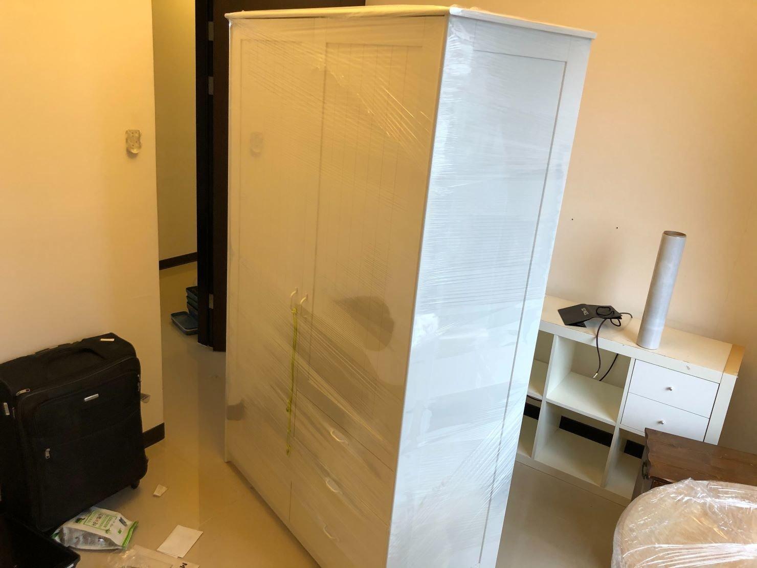搬家推薦【榮福搬家公司】新北搬家公司、搬家口碑第一、台北搬家、新北搬家:五斗衣櫃以膠膜層層包裹,防刮、防塵、防水。