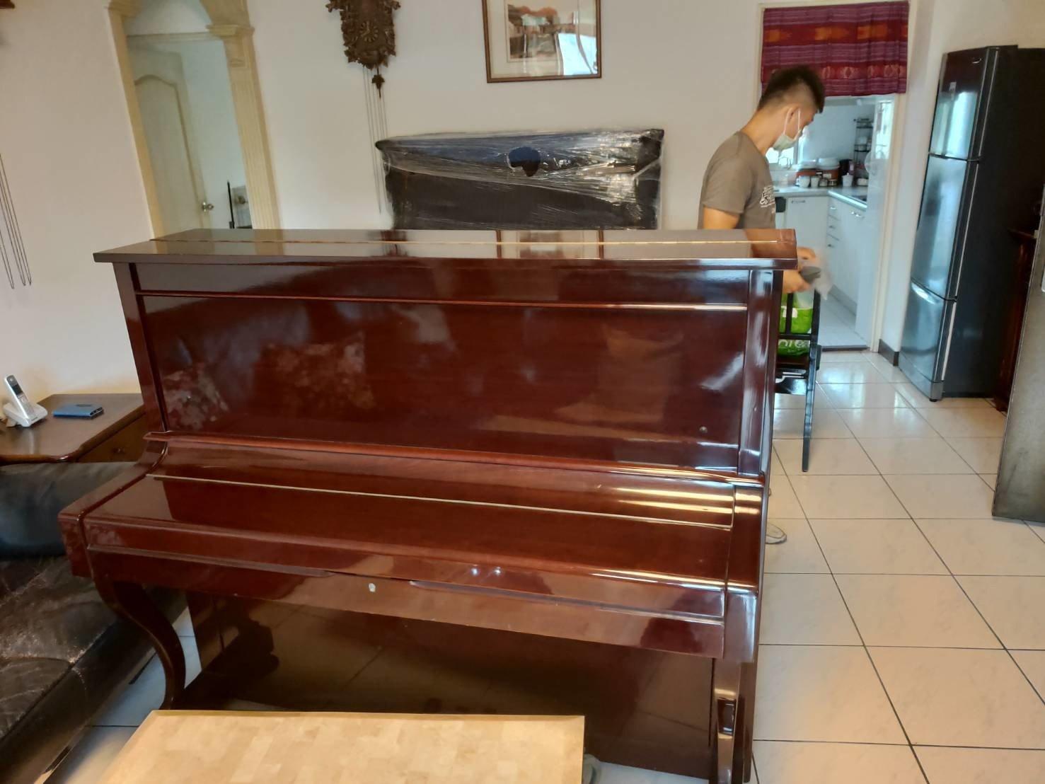 顧客家的舊鋼琴汰舊換新,新的鋼琴由鋼琴搬運達人-【榮福搬家】搬運至新家而舊的鋼琴也請榮福搬家代為處理