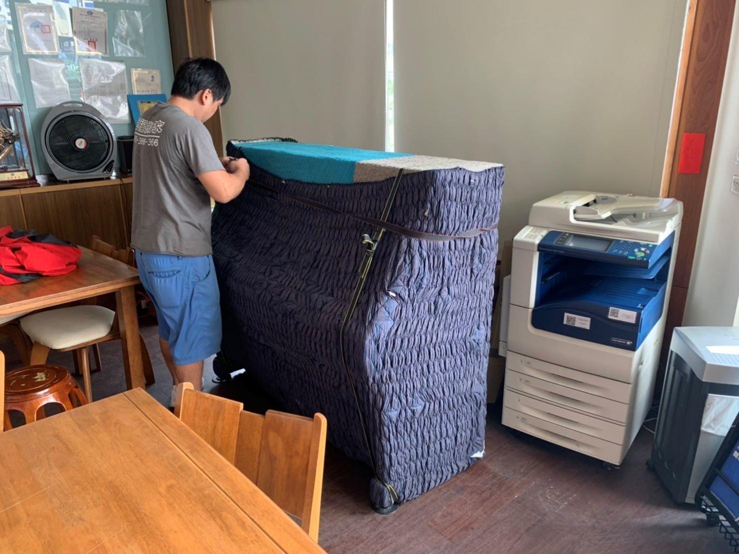 台北搬家公司推薦【榮福搬家公司】搬鋼琴值得您來選擇:Yamaha山葉鋼琴回頭車鋼琴搬運包裝手法與搬家專車鋼琴搬運包裝手法都相同,分派的師傅也都是專搬鋼琴的組別,絕對專業值得信賴。