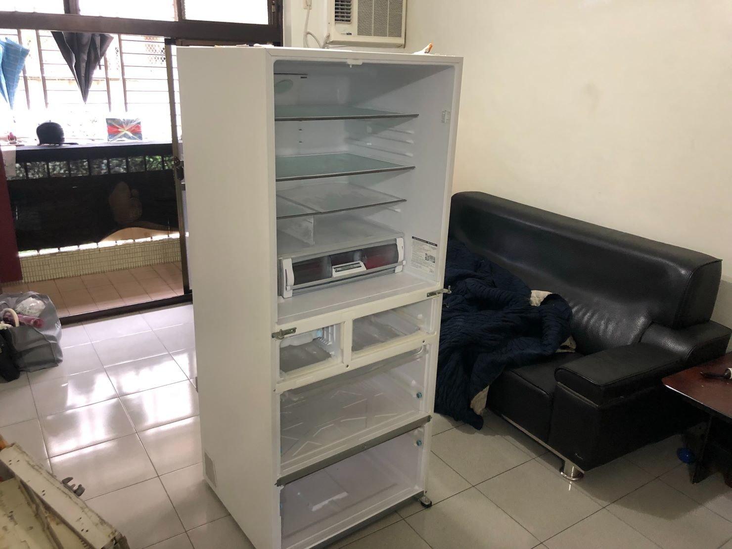 冰箱清空再拆卸,防止活動櫃滑落