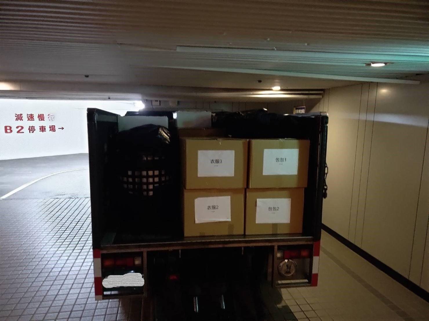 搬家公司【榮福搬家貨運有限公司】台北搬家公司、新北搬家、值得您的信賴與選擇:客戶家須從地下停車場運物件上貨車,師傅們將裝箱物搬運上車會以有貼註明的那面朝外,看清楚好搬運。