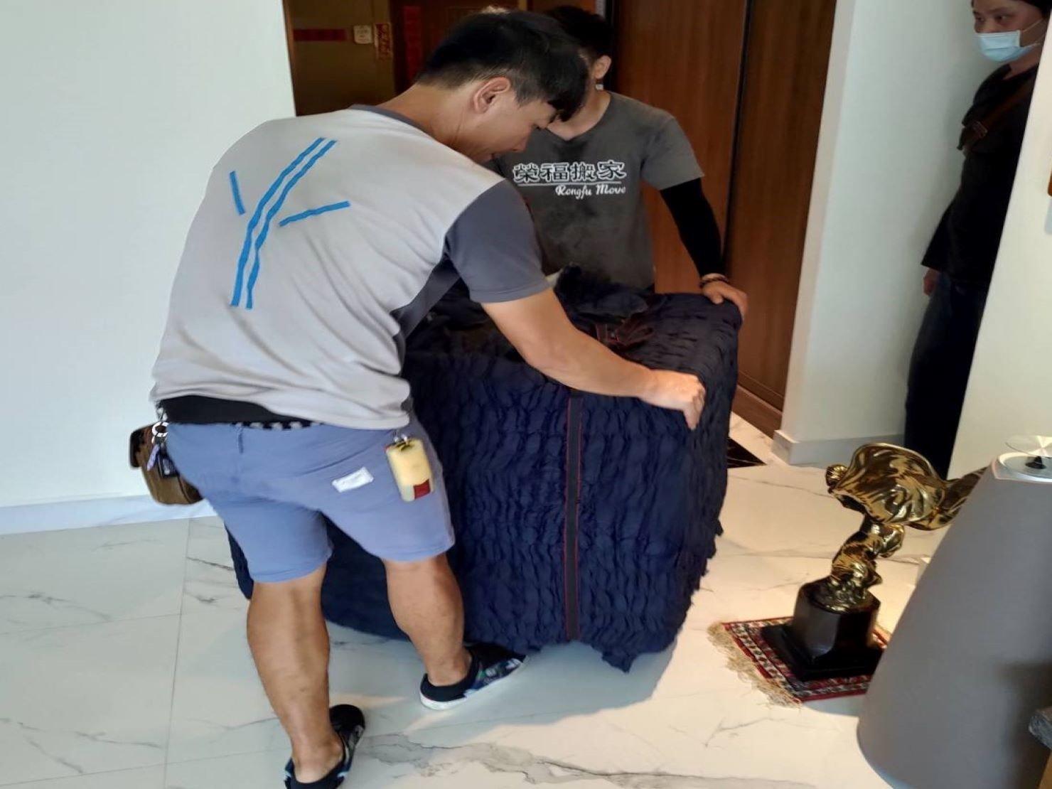 搬魚缸【榮福搬家】搬重物、搬金庫、台北搬家推薦:師傅以拖板車將魚缸運送至門口擺放,再一併將物品搬運下樓