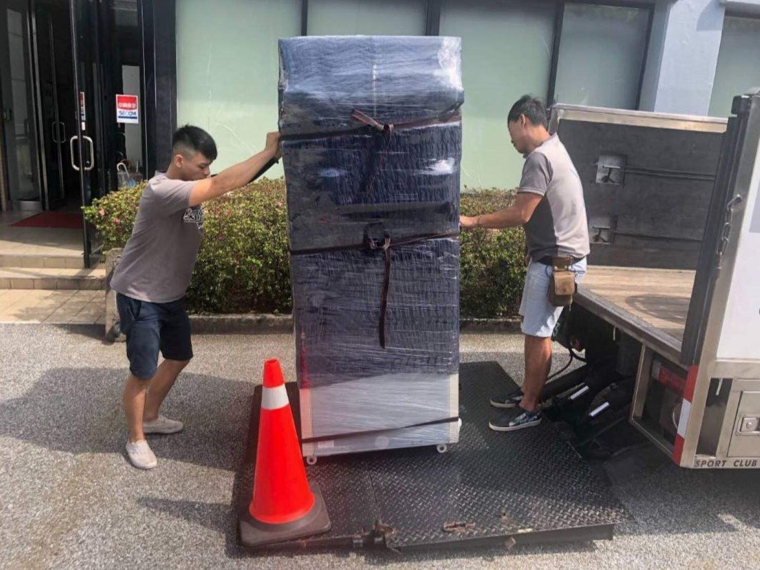 搬冰箱【榮福搬家公司】台北搬家、新北搬家、重物搬運:將實驗室用的冷凍冰箱以布套、膠膜、布繩及束帶做防護包裝。