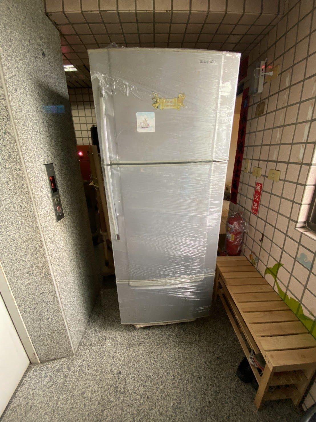 冰箱搬運以膠膜層層綑繞-台北搬家公司推薦榮福搬家