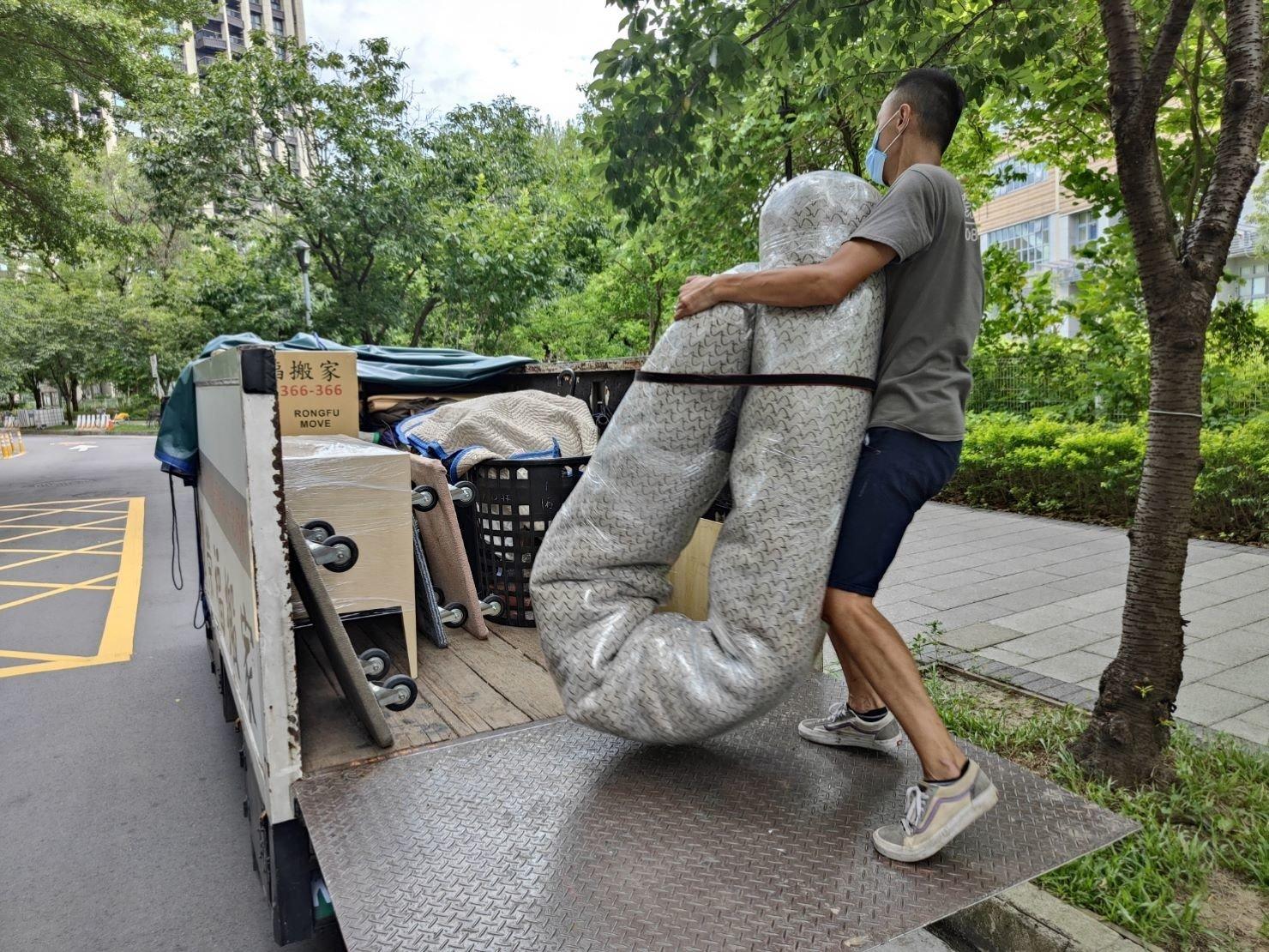 專人打包、搬家公司推薦、新北搬家公司推薦【榮福搬家公司】基隆搬家、南港搬家、桃園搬家公司推薦、懶人搬家,專人包裝,家庭搬家、精緻搬家、精緻包裝、打包裝箱。台北搬家公司推薦:大台北搬家,精緻包裝搬運「細膩包裝、專業搬運、用心服務、以客為尊」是榮福搬家公司的宗旨與精神。歡迎立即來電02-2651-2727專人服務。