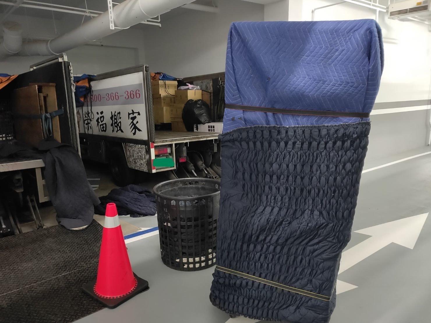搬冰箱推薦【榮福搬家公司】家庭搬家、精搬金庫、搬保險櫃、精搬魚缸、跨縣搬家、搬工派遣、搬床墊、搬冰箱、搬家具、搬家首選、吊掛搬運、吊家具搬運、台北搬家公司推薦:大台北搬家,精緻包裝搬運「細膩包裝、專業搬運、用心服務、以客為尊」是榮福搬家公司的宗旨與精神。歡迎立即來電02-2651-2727專人服務。