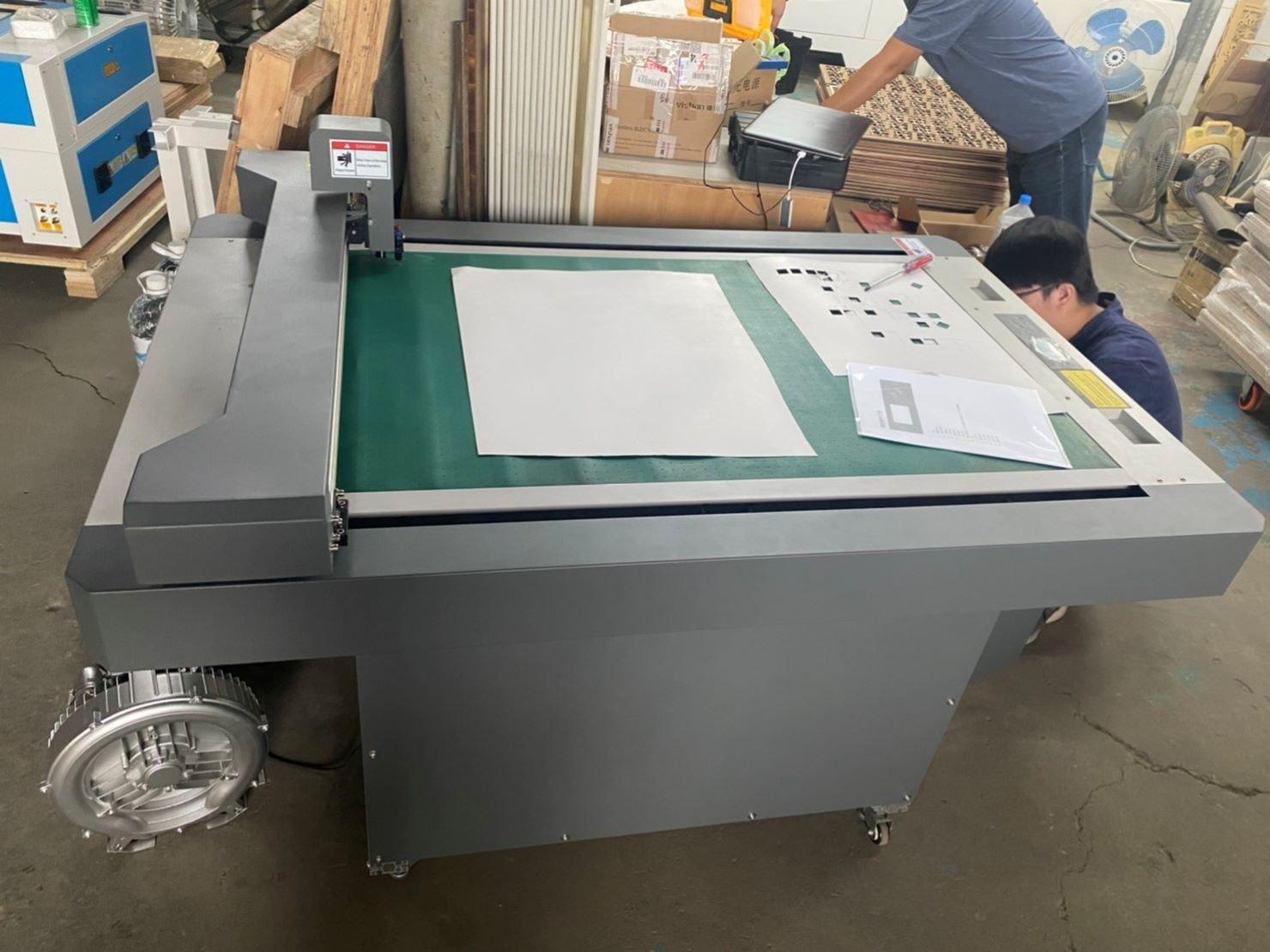 搬重物【榮福搬家公司】搬切割機、口碑第一、台北搬家推薦:此為傳統較常見的以刀片裁切的切割機,重量約150公斤左右。