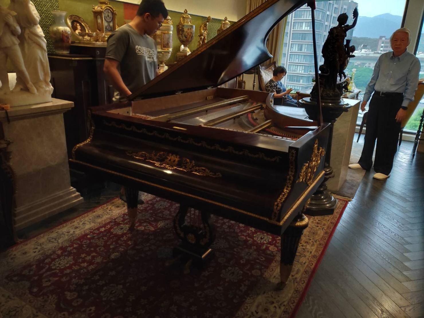 精搬鋼琴搬運【榮福搬家公司】搬鋼琴、搬三角琴、平台鋼琴值得您來選擇:手工客製化三角演奏琴頂蓋拆卸