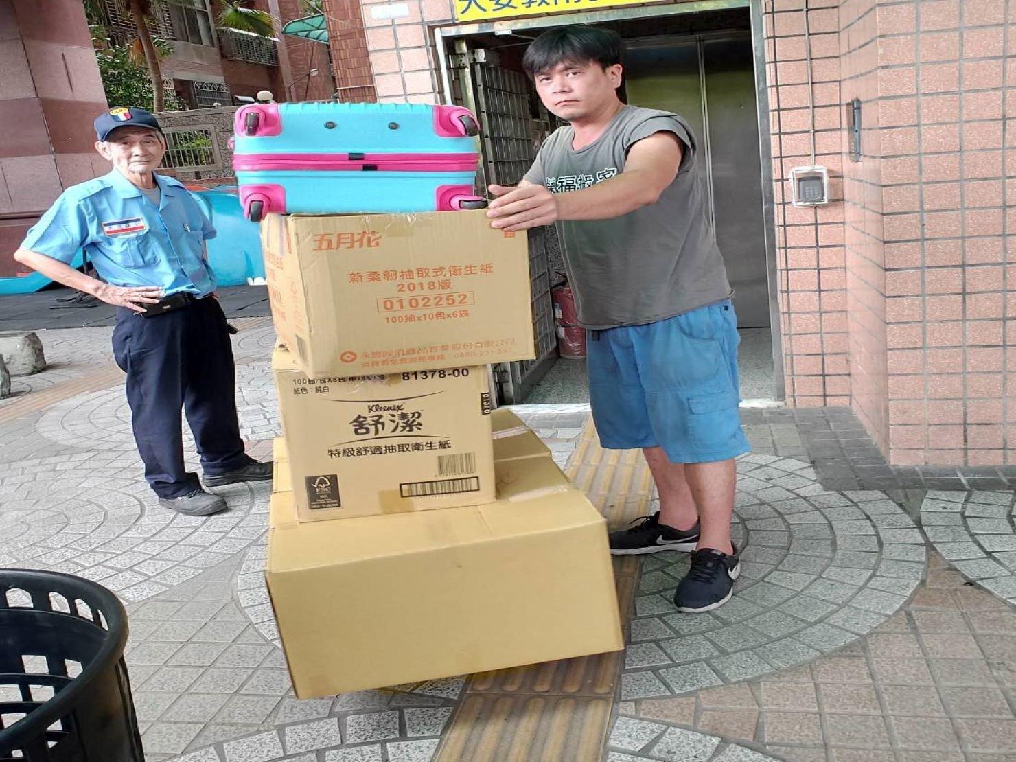 將裝箱物品以拖板車用送下樓;且事先向社區管委會申請好貨車停靠及物品擺放地