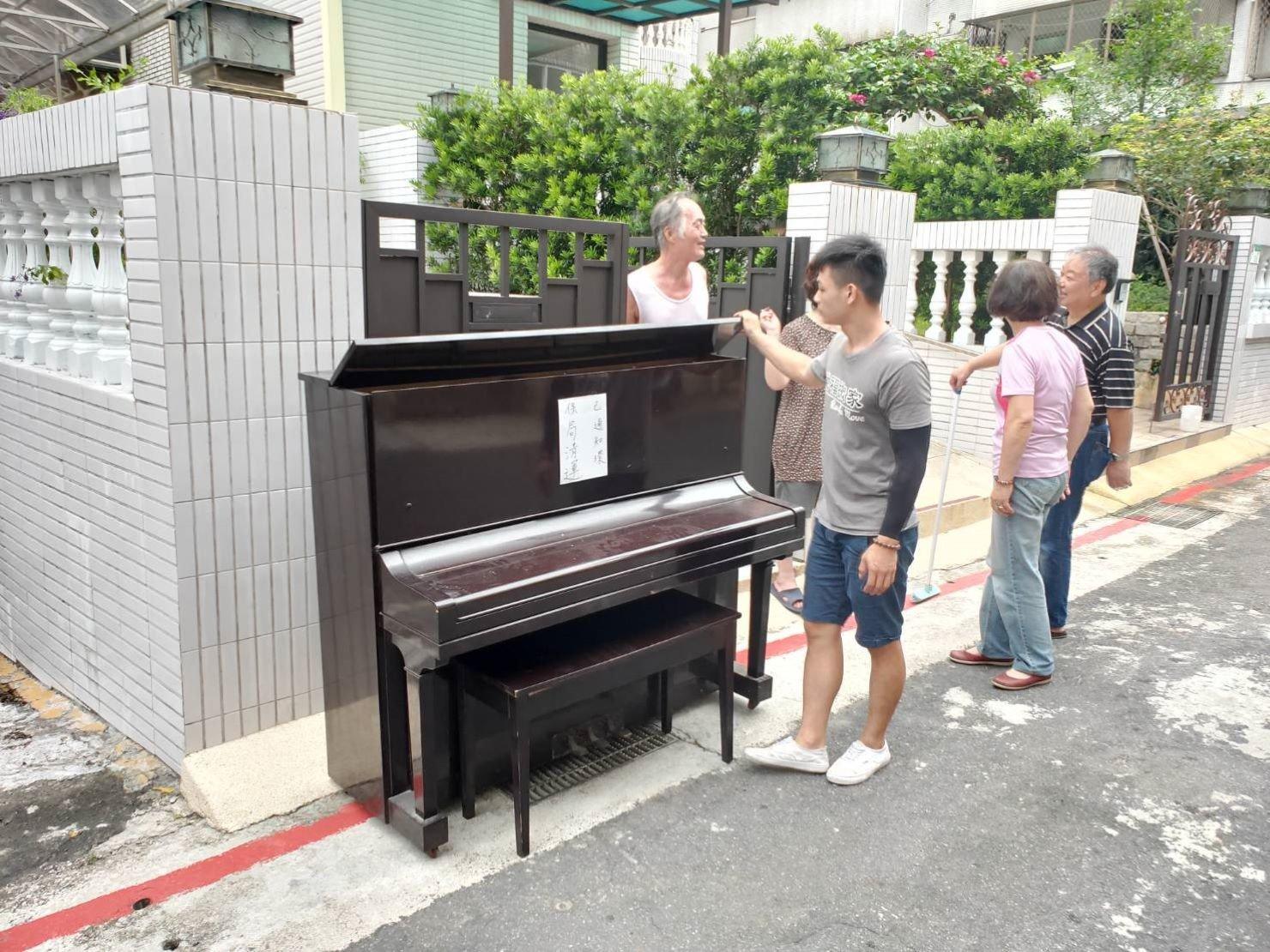 不要的鋼琴-顧客有連絡好環保局來回收(並不是每區的環保局均會回收鋼琴需打電話再三確認唷)搬家公司推薦-【榮福搬家】最好的服務