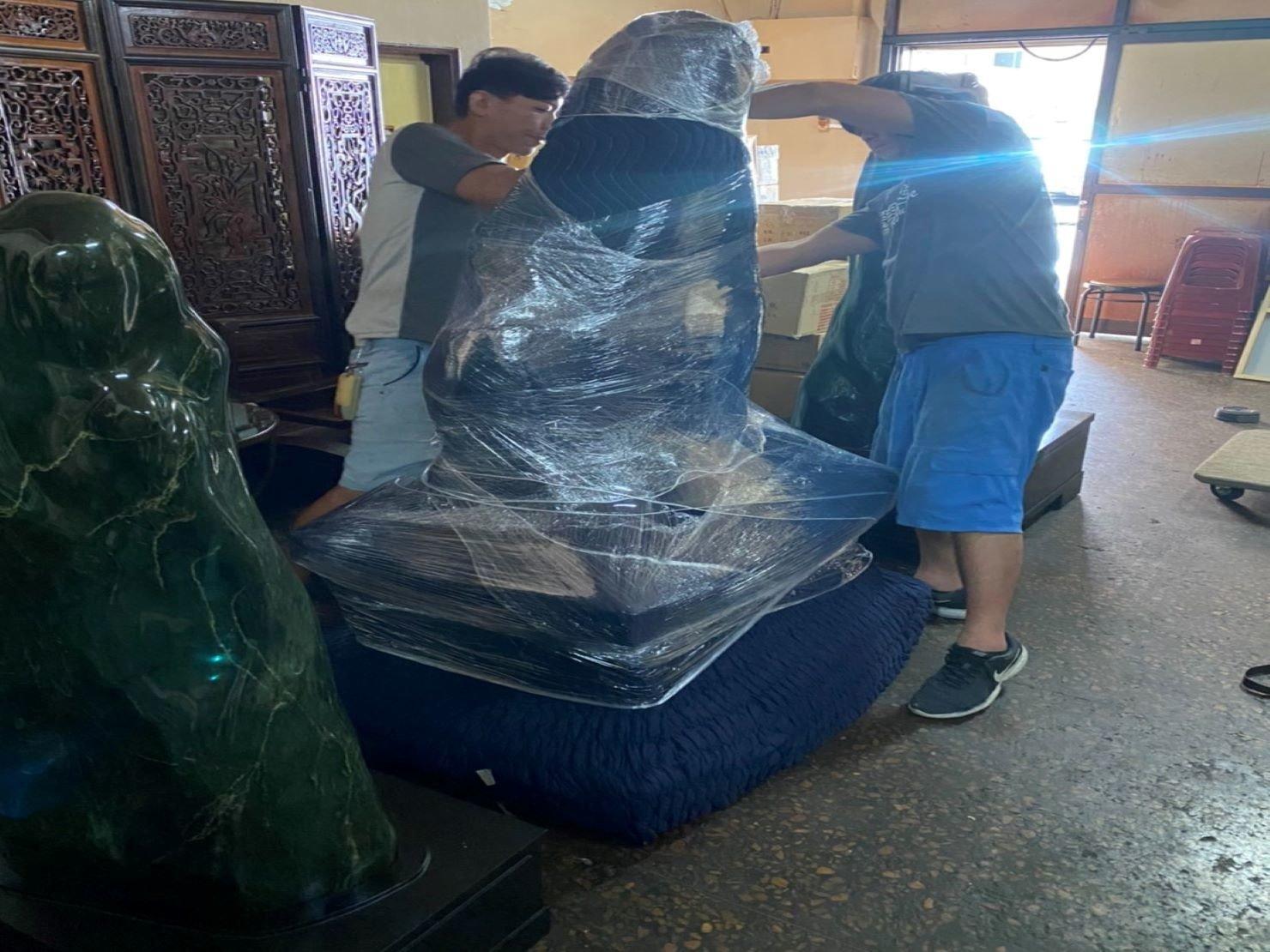 台北搬家推薦【榮福搬家】搬玉石、搬特殊重物,值得您來選擇:木製底座-以專業用日式伸縮保護套包覆