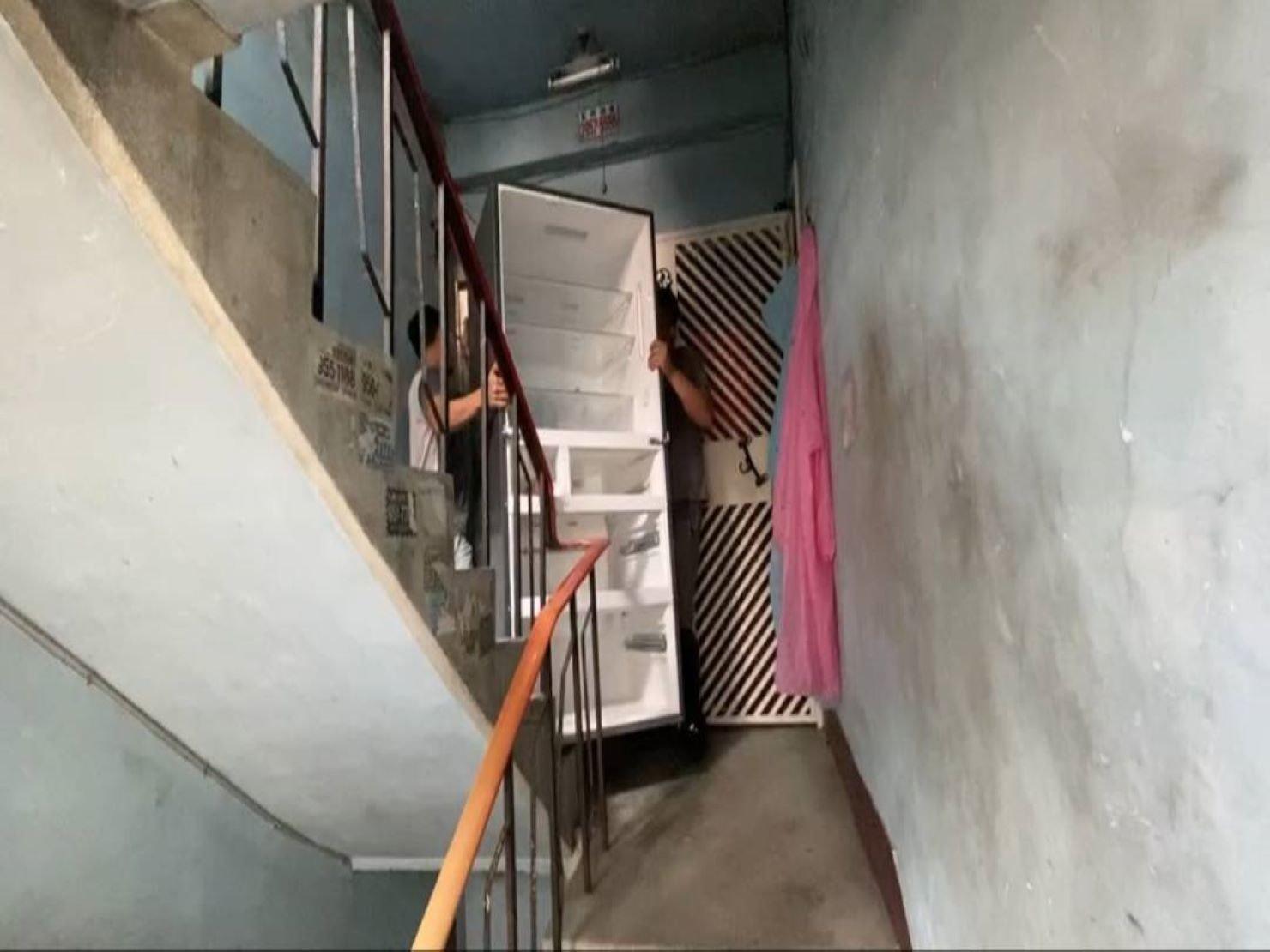 台北搬家公司推薦【榮福搬家】優質搬家,包裝搬運「細膩包裝、專業搬運、用心服務、以客為尊」值得您來選擇:冰箱尺寸大遇到樓梯搬運怕轉彎處無法過,所以必須先將冰箱門拆卸。