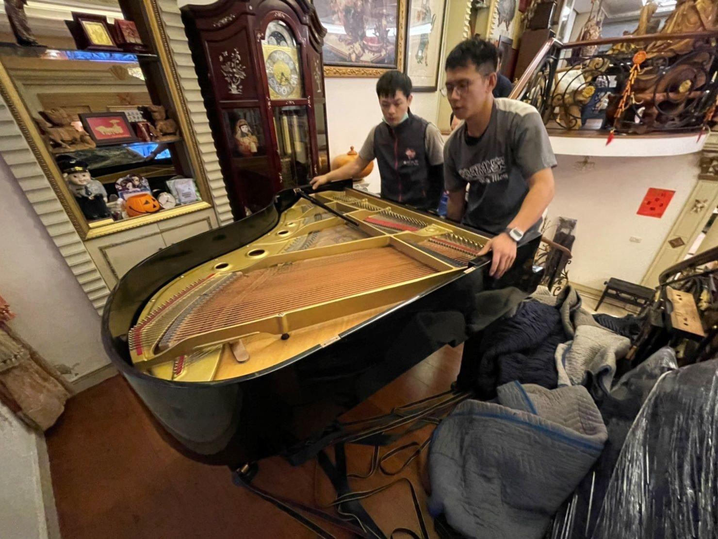 搬三角鋼琴、搬家公司推薦、新北搬家推薦【榮福搬家公司】南港搬家、桃園搬家公司推薦、台北搬家公司推薦、鋼琴運送、搬鋼琴首選,搬平台式鋼琴達人,針對顧客所搬鋼琴都秉持以用心實在專業搬家技巧,搬家實在用心值得您的信賴與選擇。歡迎來電咨詢02-2651-2727,榮福搬家有專員立即為您服務。