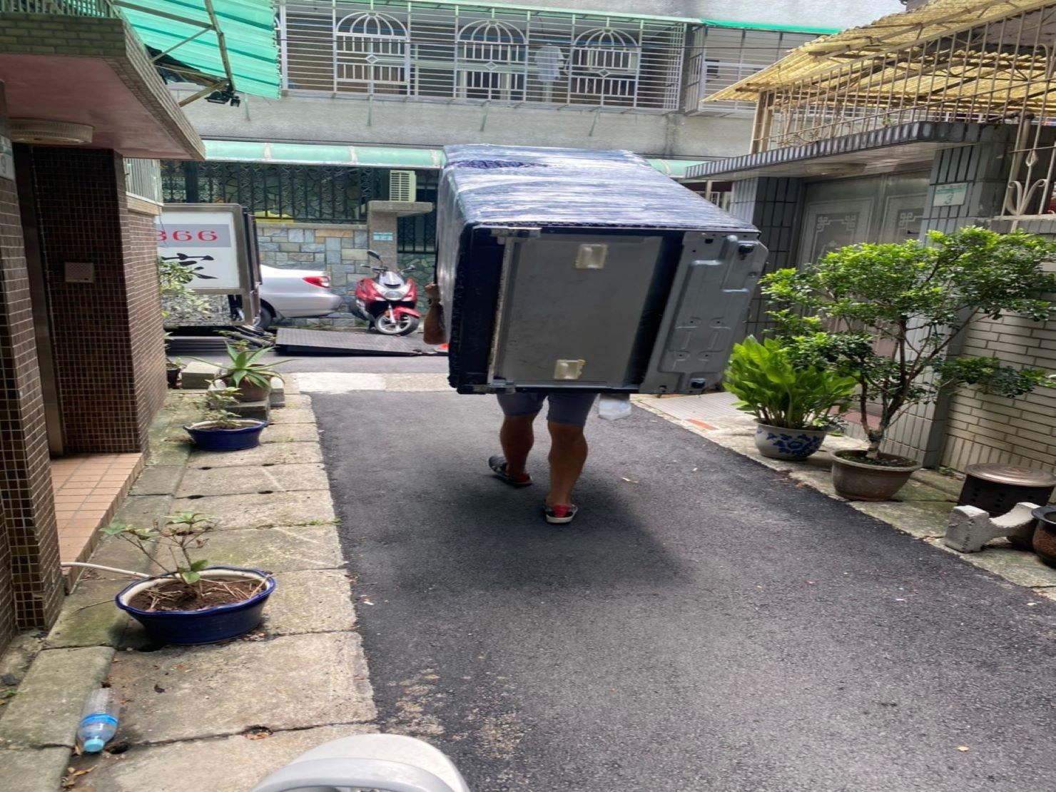 HITACHI大型冰箱搬運下樓-搬家公司推薦【榮福搬家】南港搬家公司,走巷弄需以人力背搬運送至貨車上