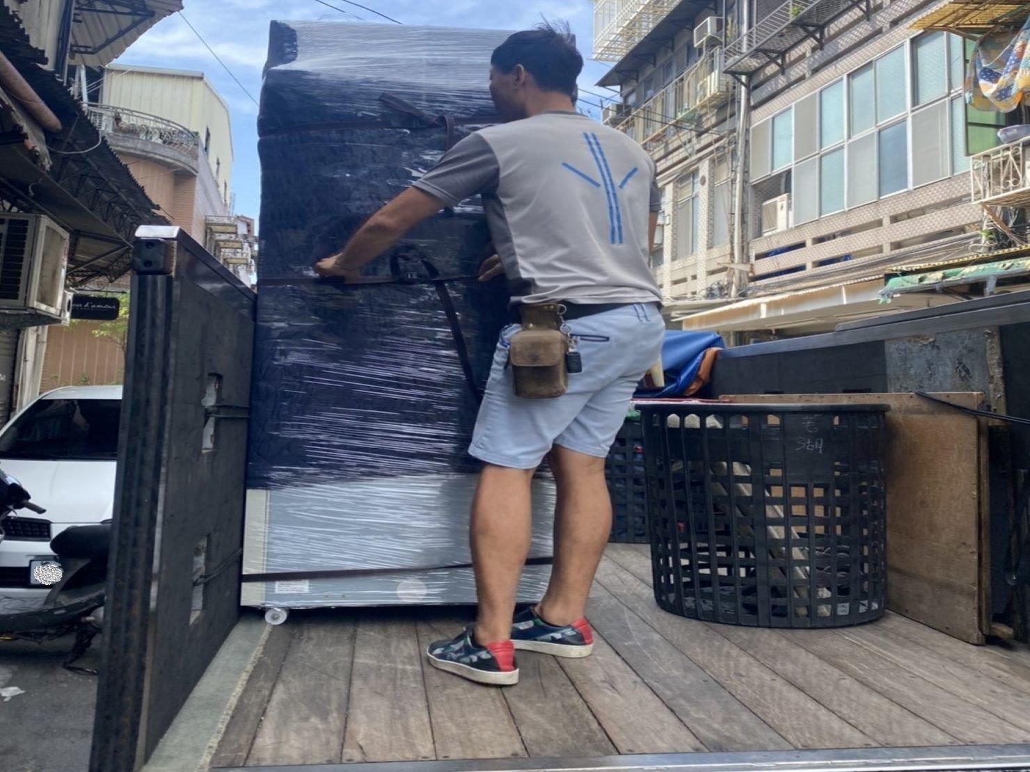 搬家【榮福搬家公司】台北搬家、新北搬家、重物搬運推薦:將冷凍冰箱完整無缺的送達顧客維修方囉。