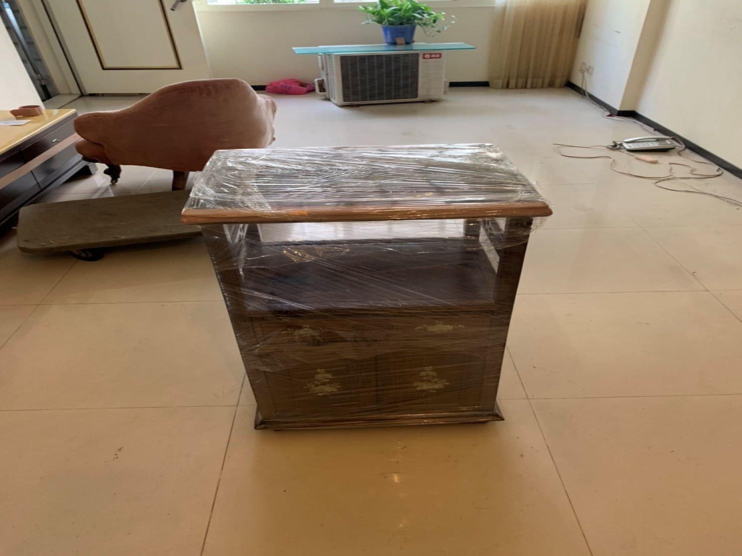 搬家公司【榮福搬家】值得您的信賴與選擇:玻璃木櫃:師傅們細心幫顧客反覆包裹膠膜,防碰撞及防水氣滲入。