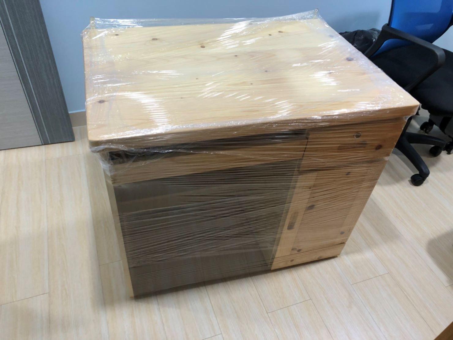 台北搬家、新北搬家【榮福搬家公司】搬家口碑第一、台北搬家推薦:木製書桌以膠膜來做防護包裝,在師傅們包裝搬運前記得將抽屜清空喔!