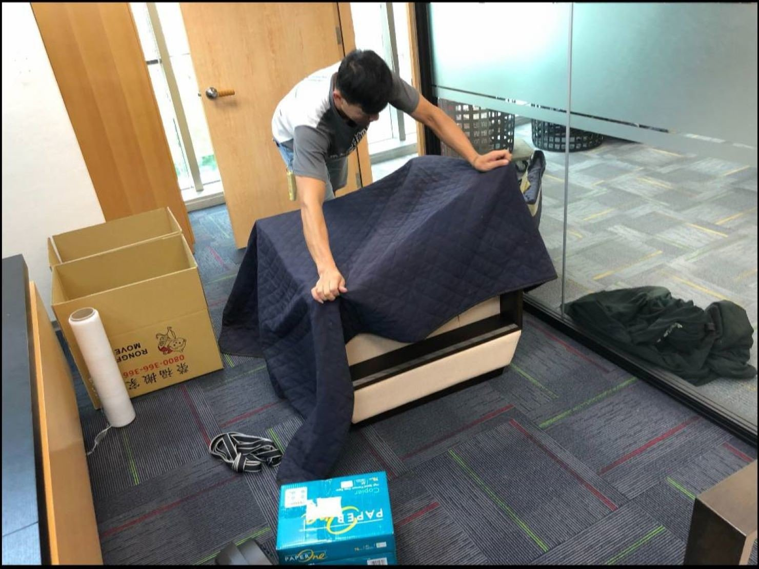 公司搬遷【榮福搬家】推薦搬公司給您最有優質搬家、最安全的搬運服務:單人沙發椅包裝方式-先包袱日式布套