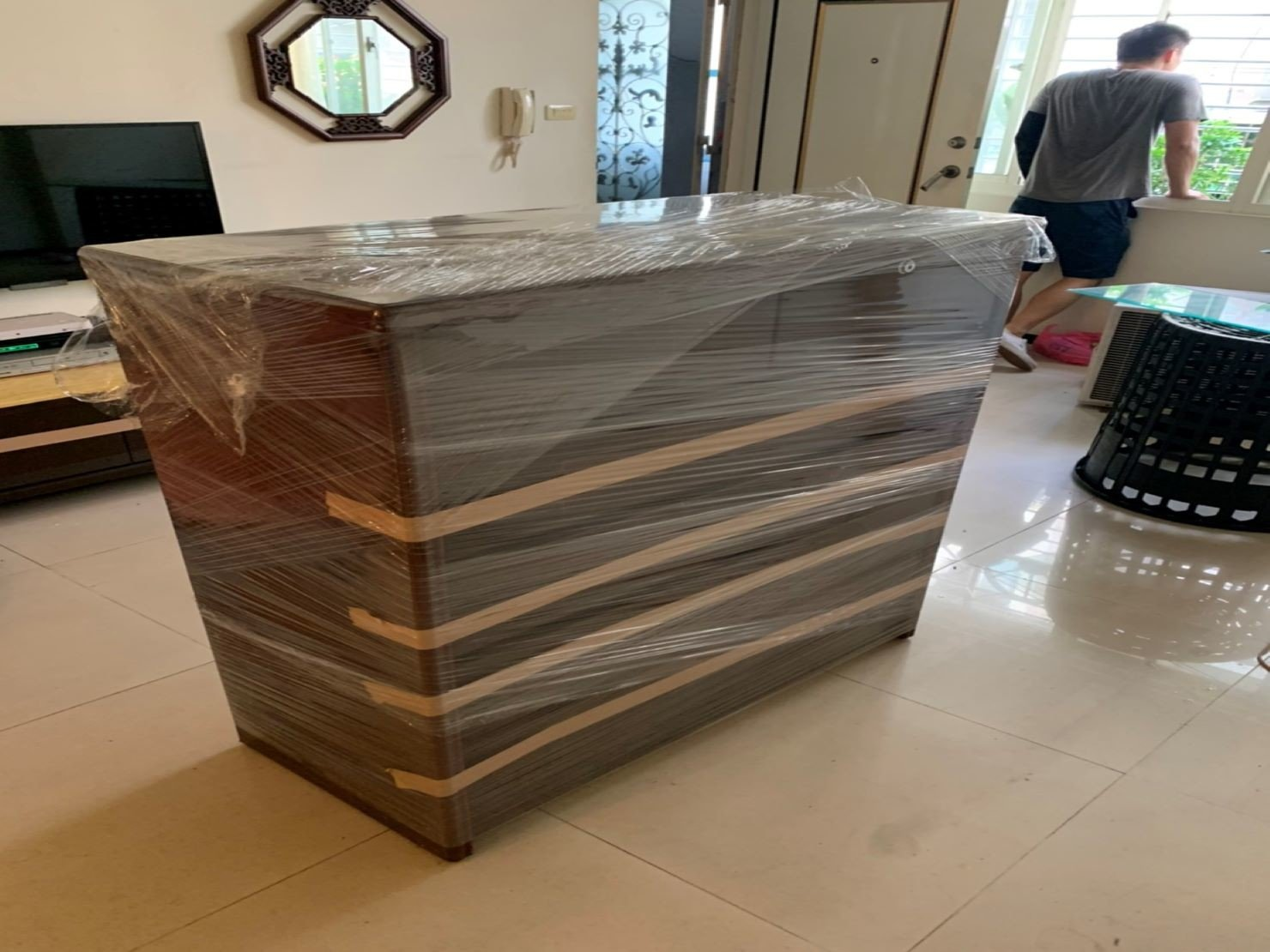 搬家公司【榮福搬家】搬傢具推薦給您最優質、最安全的搬運服務:六抽櫃貼布紋膠帶防止抽屜因搬運時移動再以膠膜反覆包袱可防止移動碰撞或刮傷