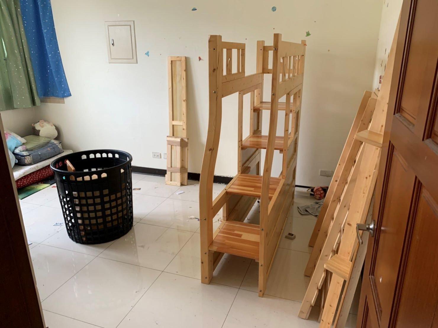 【榮福搬家公司】拆裝家具、搬家首選、搬家公司推薦:優質搬家,包裝搬運「細膩包裝、專業搬運、用心服務、以客為尊」是榮福搬家公司的宗旨與精神。歡迎立即來電02-2651-2727專人服務。此床組與一般賣場的組合床是不一樣的,組裝結構複雜、螺絲零件較多,需要專業拆裝師傅才有辦法順利完成。
