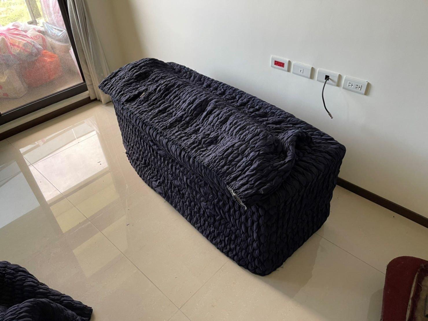 新北搬家【榮福搬家】搬家首選、台北搬家推薦:搬木製電視櫃-以日式伸縮保護布套將電視櫃包袱,避免搬運過程中碰撞、摩擦受損。