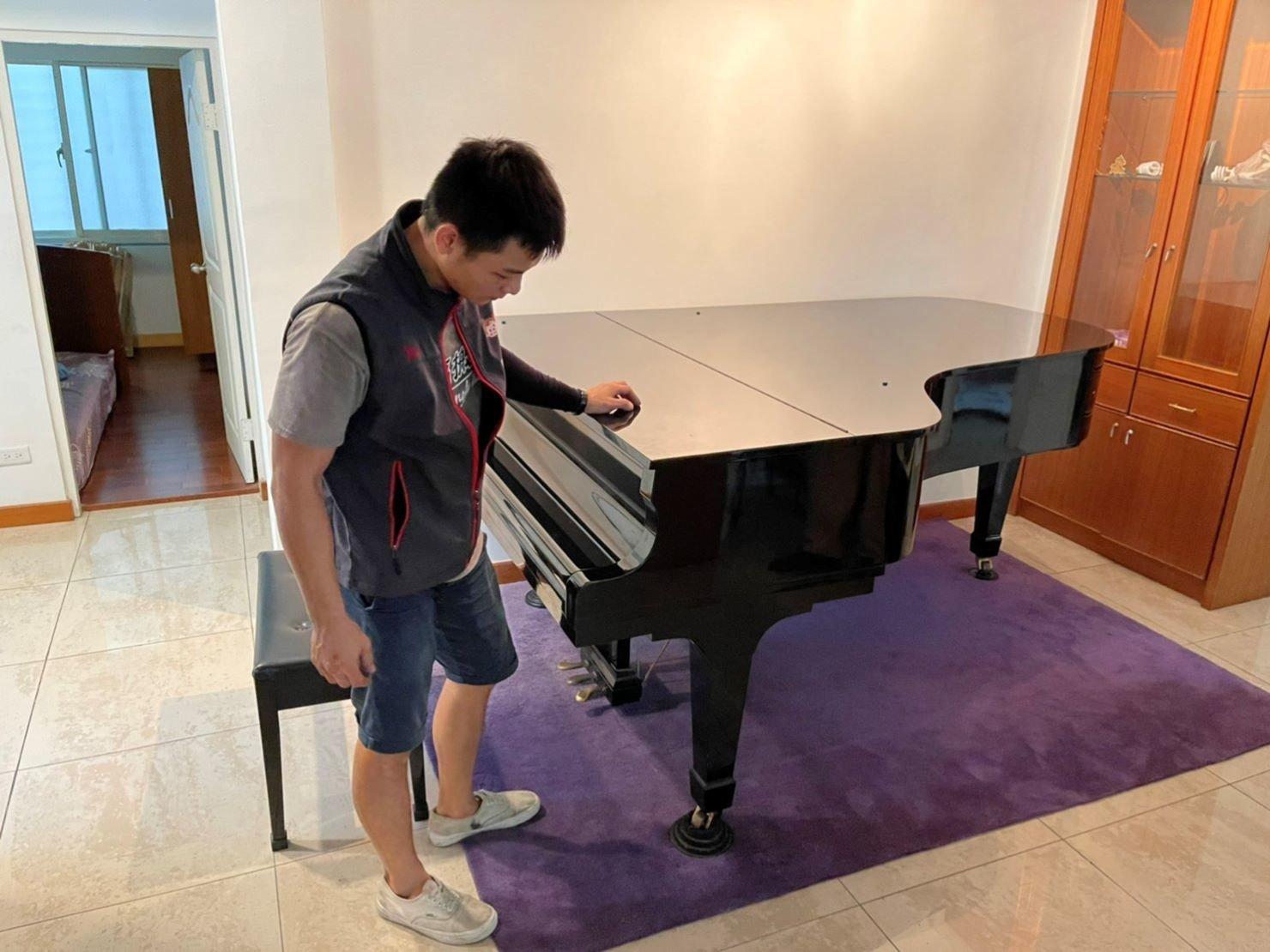 搬家公司推薦【榮福搬家】搬遷好品質值得您的信賴與選擇:【鋼琴搬運】榮福搬家精搬鋼琴,師傅們發揮最專業的鋼琴搬運技能、細膩的包裝技巧、用心的服務態度,擁有眾多搬鋼琴好評推薦。