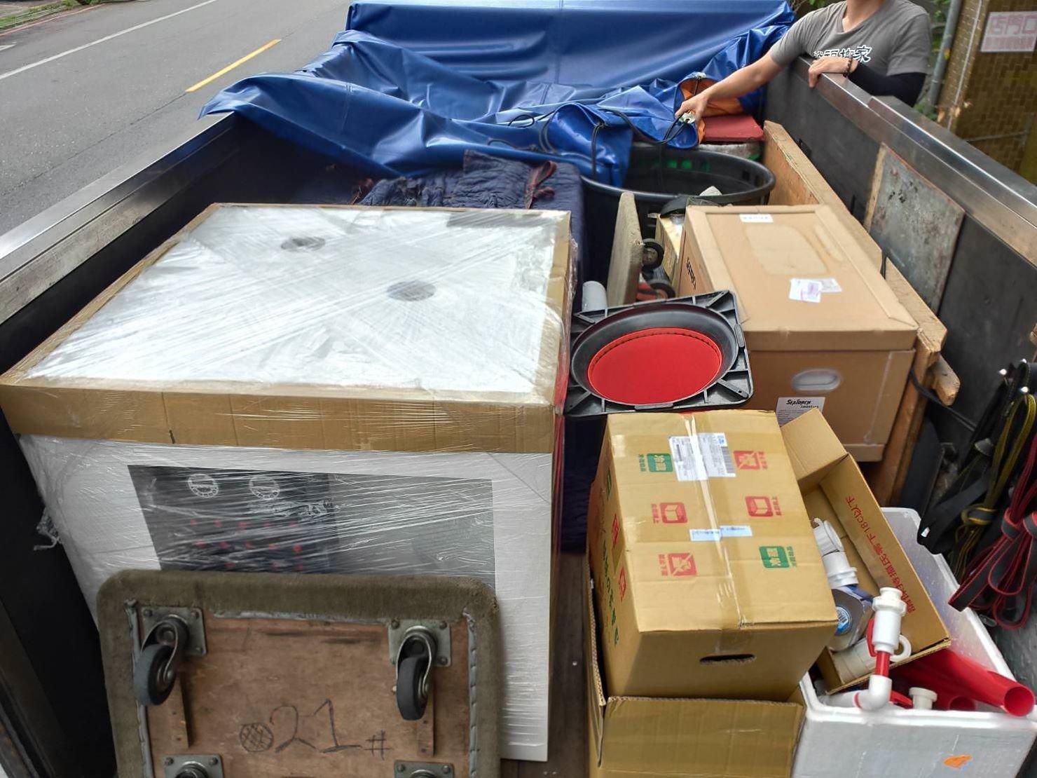 搬魚缸【榮福搬家】搬重物、搬金庫、台北搬家推薦:將顧客須搬運物品:魚缸、魚缸櫃及魚缸配備用品搬運至貨車上,固定擺放